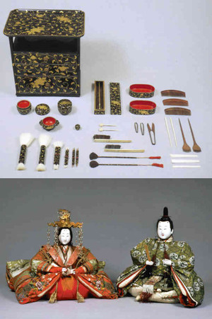 (上)黒漆塗牡丹唐草蒔絵くし台(下)衣冠束帯と十二単姿の古今雛