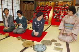 若手窯元が手掛けた菓子器(手前)に見入る来場者たち=越前町小曽原の県陶芸館茶苑で