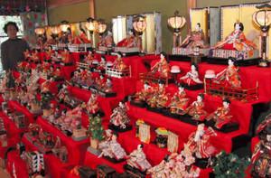 多彩なひな人形が並ぶ会場=尾鷲市天満浦の天満荘で