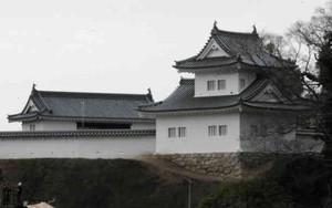 再建された東隅櫓(右)と城壁。左奥は大手門
