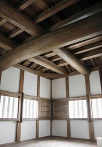 巨大な梁など構造が見学できる内部=岡崎市康生町で