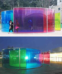 3色のガラスを組み合わせた新展示「カラー・アクティビティ・ハウス」(下)夜はライトアップされ幻想的な雰囲気を醸し出す=いずれも金沢21世紀美術館で
