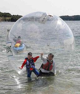 気軽に海上散歩が楽しめるウォーターボール=志摩市大王町の英虞湾で
