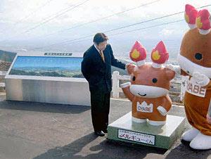 展望広場に設置されたメルギューくん像=小矢部市の稲葉山で