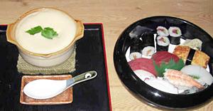 山梨屋寿司店の「ふわふわ丼」(左)