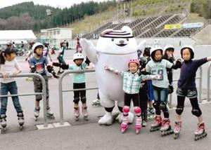 マスコットキャラクター「クリス」とインラインスケートを楽しむ子どもら=恵那市武並町で