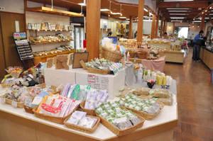 商品陳列を一新したハーブセンター管理販売施設=池田町会染で