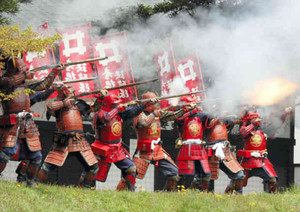 空砲でごう音を鳴り響かせる彦根鉄砲隊=彦根城博物館近くで