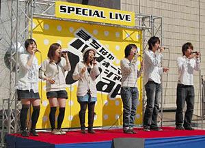アカペラを披露する金沢大の学生=昨年4月、金沢市香林坊で(金沢商業活性化センター提供)
