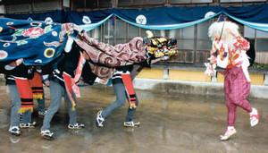 勇壮な獅子舞を披露する住民ら=南砺市で