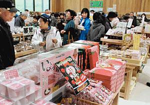 地元の野菜やお菓子などが並び、大勢の人たちでにぎわう道の駅「こまつ木場潟」=小松市蓮代寺町で