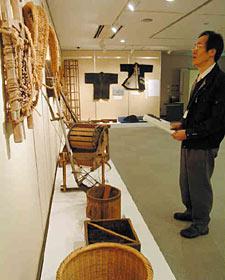 明治―昭和時代に使われた民具が並ぶ=いずれも滑川市博物館で
