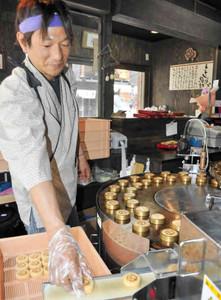 「ええじゃないか饅頭」を作る店長の山田良彦さん=豊橋市駅前大通のかぶき家で