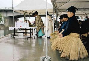 雨の中、鵜匠らが参加して行われた安全祈願祭=岐阜市の長良川河川敷で