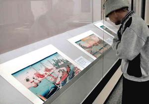 収蔵品を見る来館者=桑名市博物館で