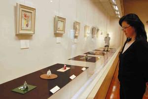 絵と人形で源氏物語の世界を表現した展示会=越前市の武生公会堂記念館で