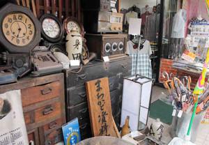 時計やタンス、ラジオ…。寺周辺には、店頭で昔懐かしい品々を披露している店もある