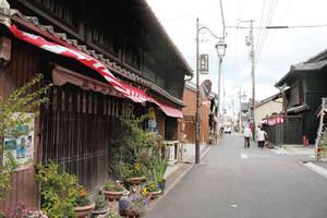 専修寺周辺の古い街並み=いずれも津市一身田町で