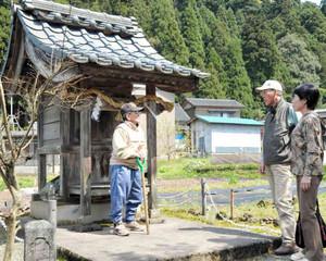 「あけっつぁま」を守り続けてきた土井内儀太夫さん(左)=福井市東大味町の明智神社で