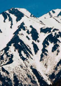 とっくりを持つ坊さん姿の雪形「常念坊」が現れた常念岳=安曇野市で