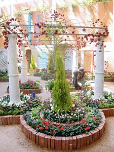 ベルサイユ宮殿の離宮をイメージしたバラの花壇=砺波市チューリップ四季彩館で