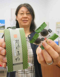 6月から販売を開始する「杜仲茶グミ」=高浜町の若狭高浜観光協会で