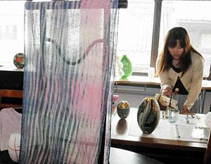 涼しげな色合いが目を引くガラスや染め絹の作品=高岡市木舟町で