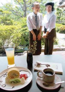 日本庭園を見ながらコーヒーなどを楽しめる和風カフェ=尾鷲市天満浦の天満荘で