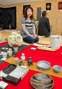 会場に並ぶ落ち着きのある陶芸品の数々=富山市のギャラリーけやきで