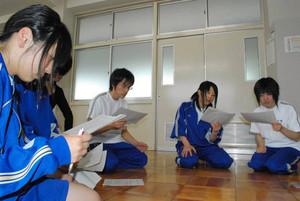本番に向けてせりふを確認する演劇部の部員たち=小浜市の若狭高校で
