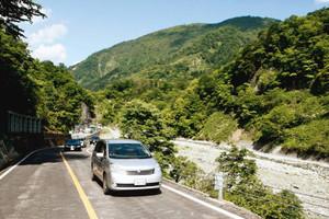 石川県側が部分開通し、ドライブを楽しむ人たちでにぎわう白山スーパー林道=白山市で