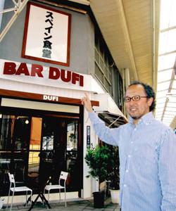 ナゴノダナバンクが仲介して開店したスペイン料理店を紹介する市原正人さん。2階は居住スペースのままだ=名古屋市西区那古野で