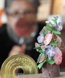 竹や割りばしで作られた高さ3センチほどのアサガオ=浜松市西区のカフェギャラリー「ラ・メール」で