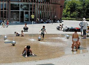 水遊びが楽しめるプレイハウス前