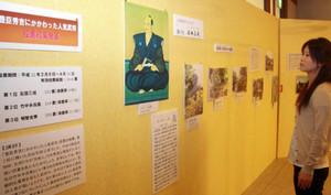 人気武将ゆかりの地の写真パネルなどが並ぶ展示=長浜市の曳山博物館で
