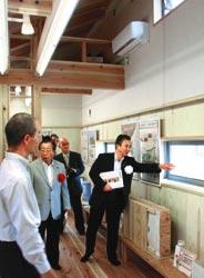 エコハウスモデル住宅の2階部分を視察する鈴木康友市長(右)ら=いずれも浜松市西区大平台で
