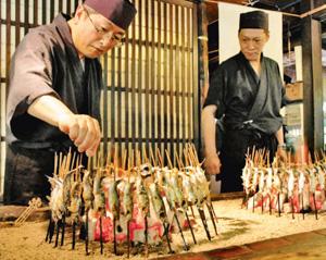 最盛期には1日2000匹のアユを焼くという=富山県砺波市の川金で