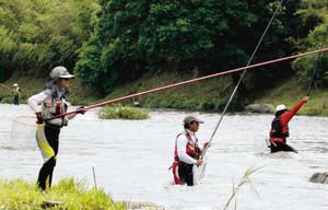 待ちに待ったアユ釣りを楽しむ釣り客=豊田市足助地区の巴川で