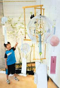 涼しげな風鈴が並び初夏の風が感じられる企画展=富山ガラス工房で