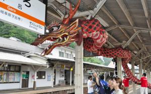 駅ホームにお目見えした竜=JR下呂駅で