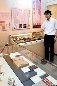 霊華の貴重な初版本や自筆幅を前に説明する大木学芸員=金沢市東山で