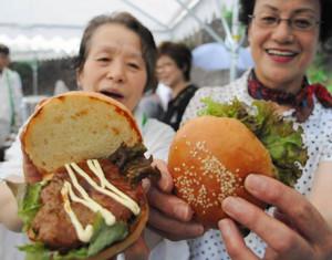 伊賀牛と県産豚肉を使ったハンバーグが売りの「伊賀忍者バーガー」=名張市赤目町長坂の忍者の森で