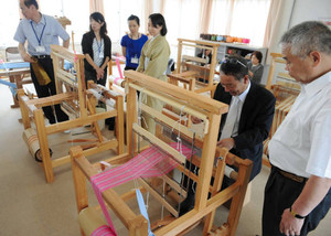 初心者や子ども向けに新たに設置した簡易織機=鯖江市繊維会館の石田縞手織りセンターで