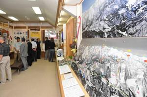 北アルプスのパノラマ写真もある総合資料館の企画展示室=白馬村の八方文化会館で