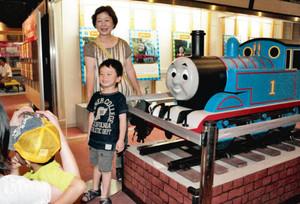 トーマスの模型の前で記念撮影する来館者=長浜市北船町の長浜鉄道スクエアで