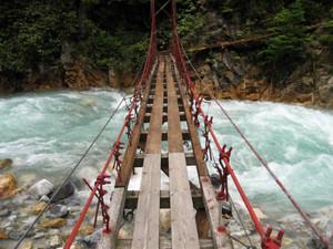 補修が終わり通行可能になった高瀬渓谷のつり橋=大町市提供
