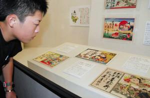 斬新で鮮やかなデザインの作品が並ぶ企画展=長浜市の曳山博物館で