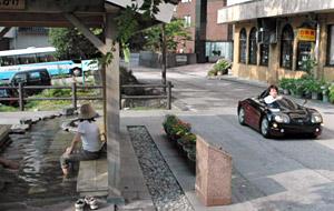 足湯のある宇奈月温泉街を走る電気自動車