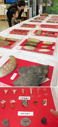 (上)小竹貝塚で見つかった出土品などが並ぶ会場(下)縄文人が使っていたサメの歯や骨、石製の装身具=いずれも射水市の北陸銀行新湊支店で
