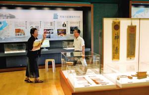 パネル展示や、薬業関係の資料を集めた「くすり学習館」=甲賀市で